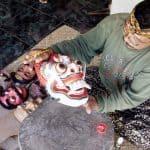 artiste balinais peinture sur masque
