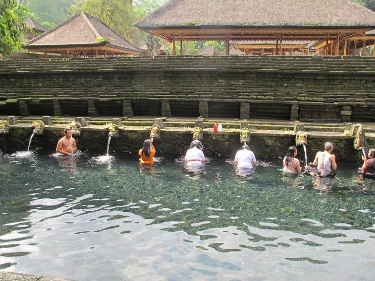 traditions balinaises purification bains sacrés