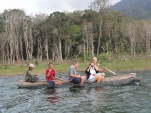 pirogue sur le lac tamblingan bali