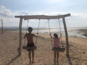 balancoire plage bali indonesie