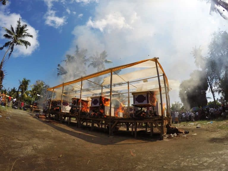 Bali Cérémonie cremation chest