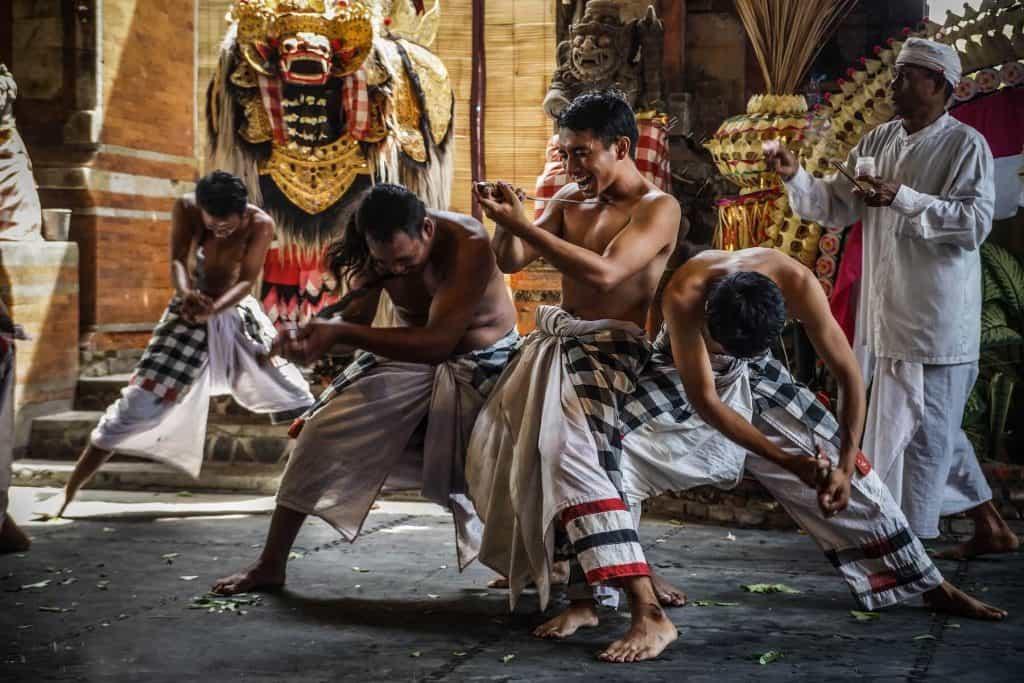 Bali ceremonie kriss danse