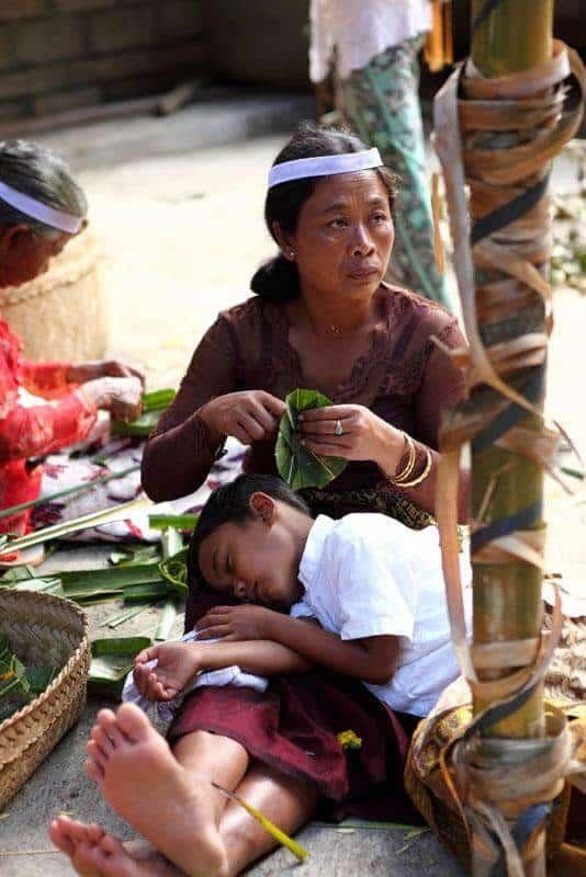 Bali enfant dort maman