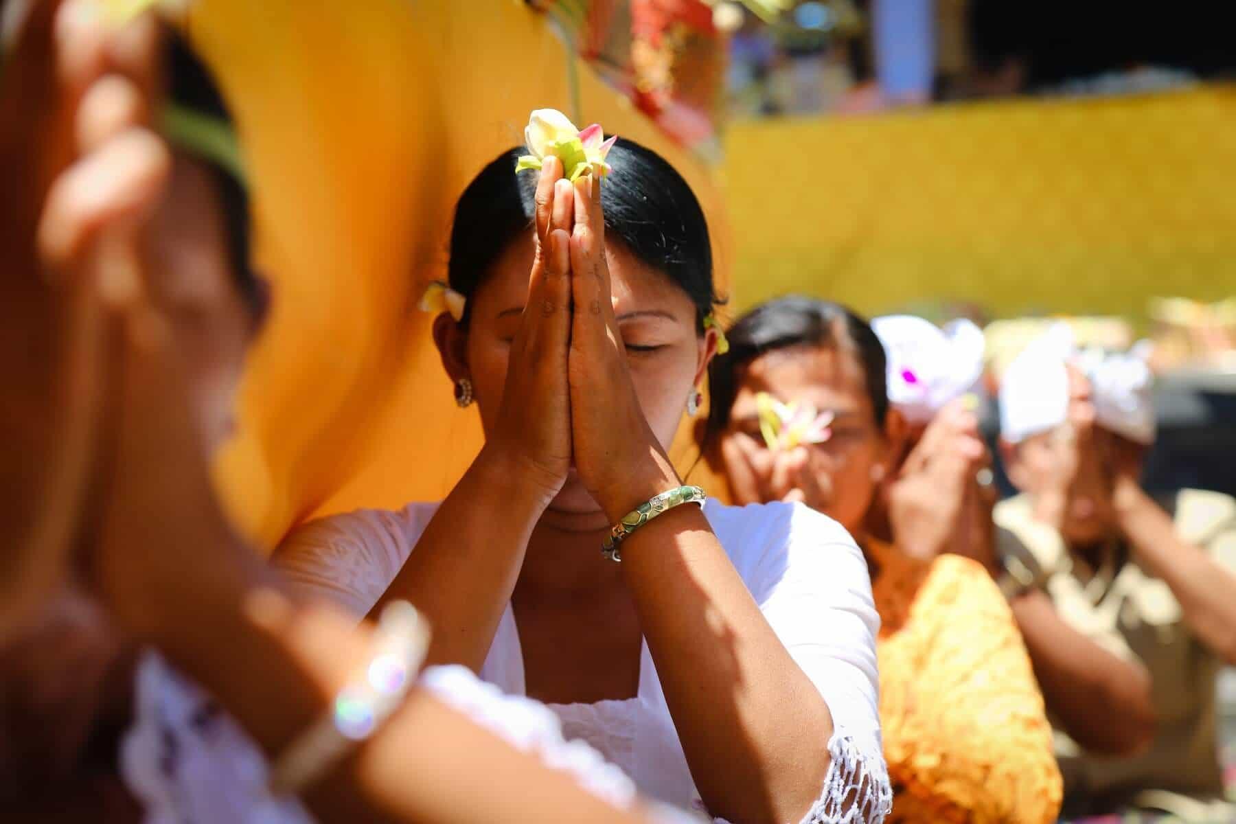 Bali temple prière femme