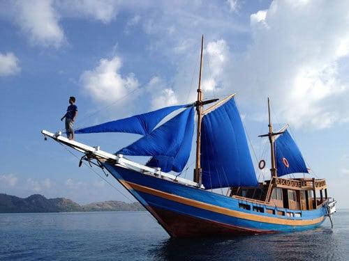bateau sulawesi bugis indonésie célèbes voiles bleu