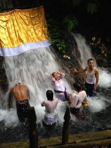bain dans les cascades bali