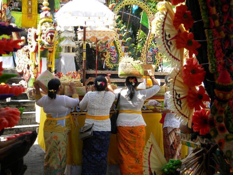 cérémonie balinaise culture indonésienne