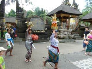 cérémonie balinaise porteuses d'offrandes