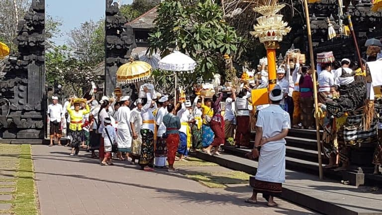 ceremonie balinaise procession bali