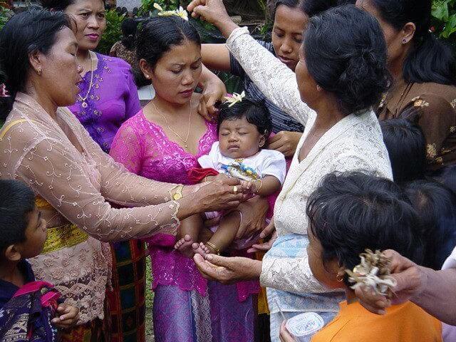 céremonie familiale 3 mois enfant bali indonésie