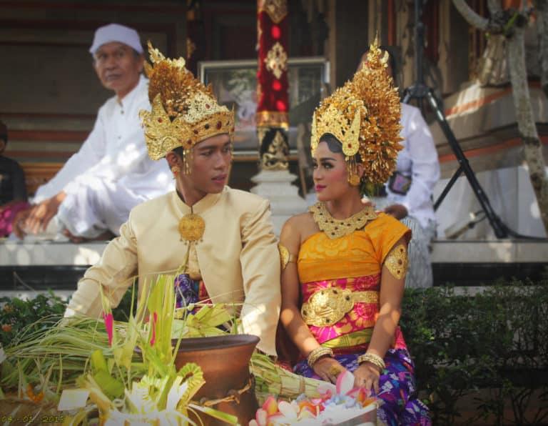 Ceremonie mariage indonésie mariés balinais