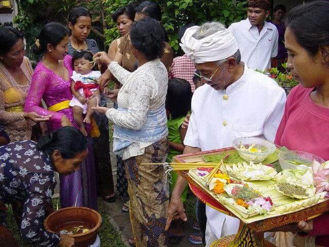 céremonie prêtre 3 mois enfants bali