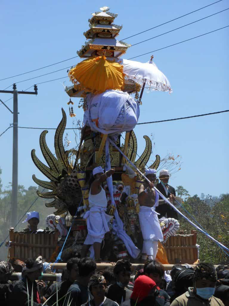 cérémonie balinaise défilé rue