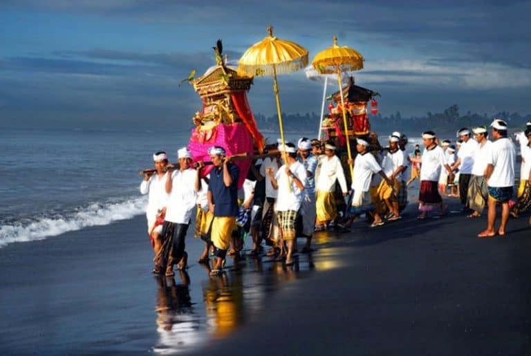 cérémonie balinaise plage