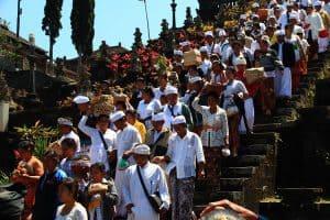cérémonie traditionnelle balinaise besakih offrandes
