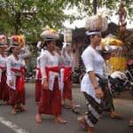 cérémonie traditionnelle défilé dans les rues bali