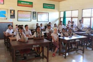 école balinaise enfants uniformes rencontre