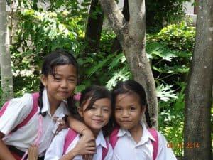 écolières balinaises en uniforme