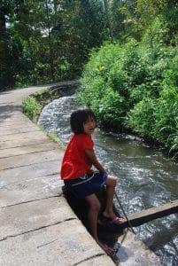 enfants balinais rivière indonésie