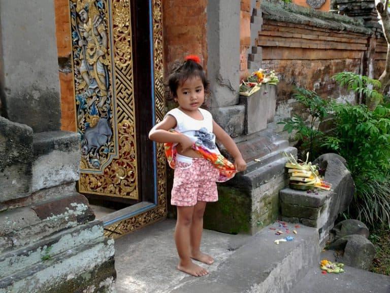 enfant balinais maison balinaise indonésie
