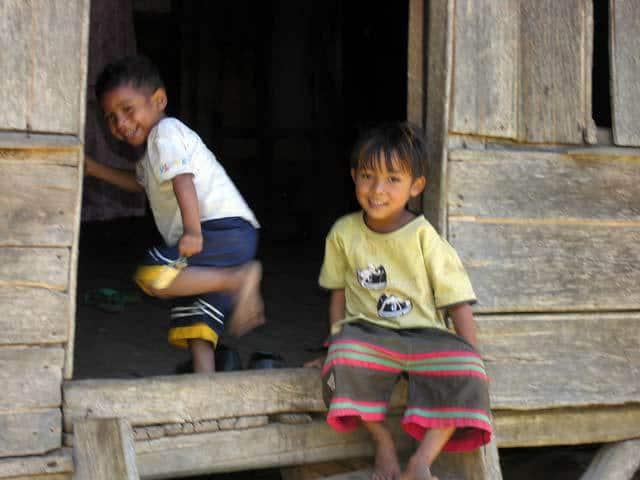 enfants flores ile indonesie village traditionnel