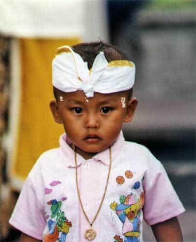 enfant balinais en tenue traditionnelle