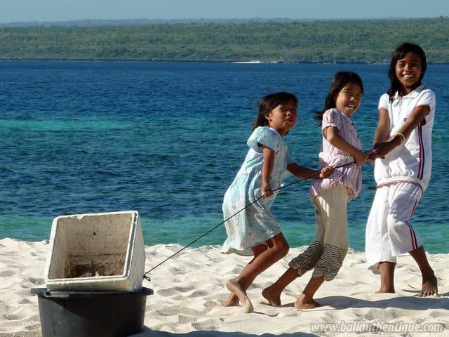 enfants indonesiens bira sulawesi plage