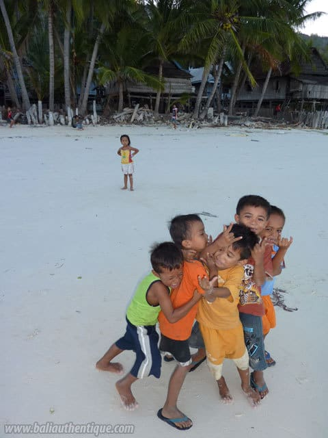 enfants indonesiens jeu plage sulawesi sourire