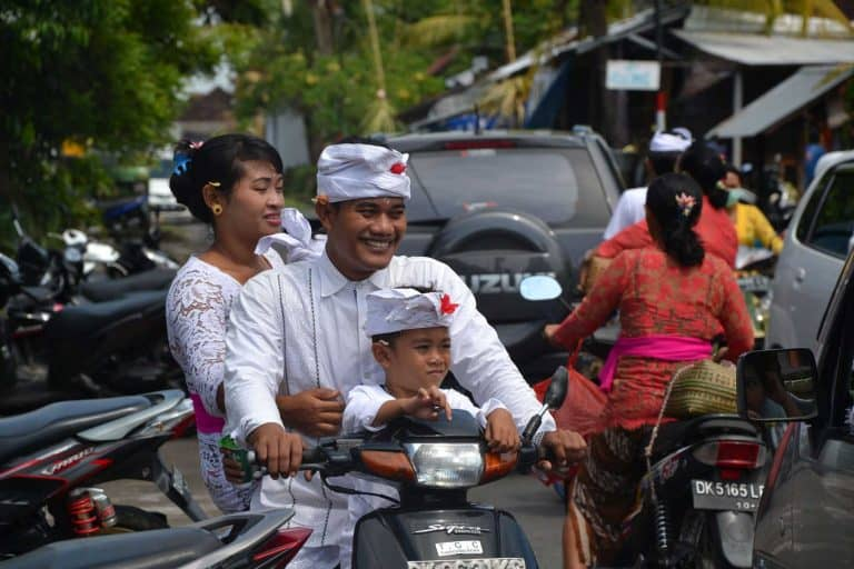 famille balinaise galungan scooter enfants
