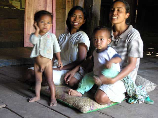 famille flores enfants village ile indonesie