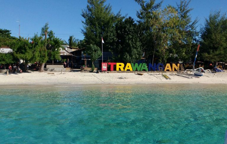 Gili Trawangan plage lettres de couleurs voyage iles Gili Indonésie Lombok