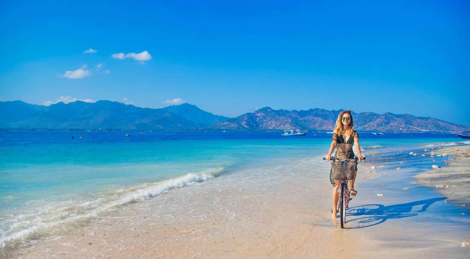 Gili Trawangan plage fille sexy vélo iles Gili Indonésie Lombok