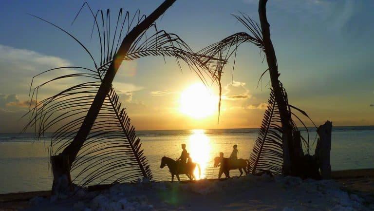 Gili Trawangan équitation cheval coucher de soleil plage couple romantique Gili islands Indonésie Lombok