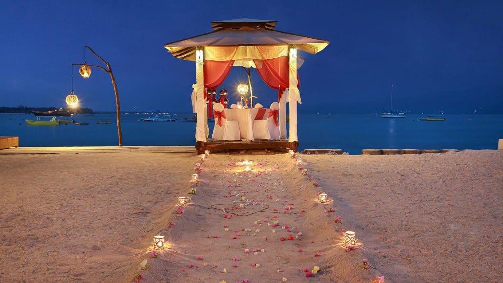 Gili Trawangan diner romantique plage chemin lumière fleurs