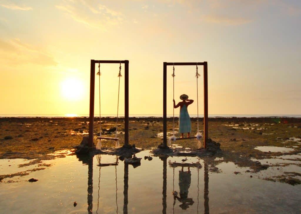 Gili Trawangan balançoire coucher de soleil iles Gili Indonésie Lombok