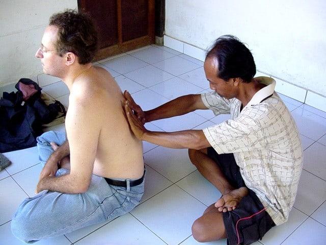 guérisseur balinais pour douleur au dos bali