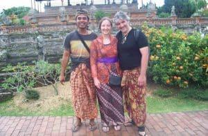 touristes à bali guide local découverte