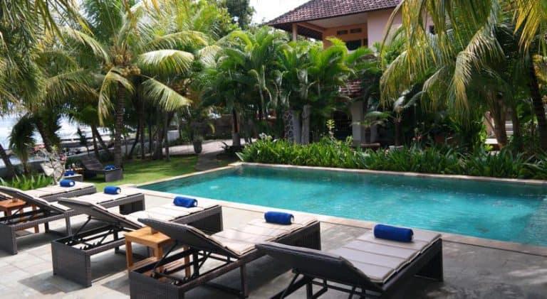 hotel bali lovina piscine et transats