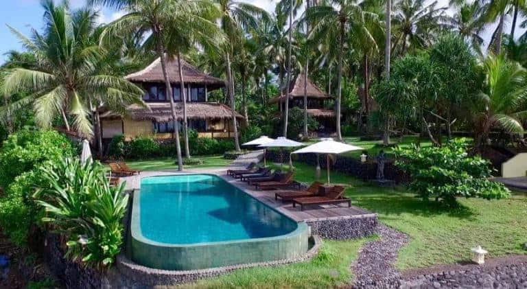 hotel karangasem indonésie bungalow avec piscine