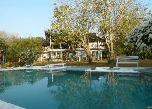 hotel komodo bâtiment piscine