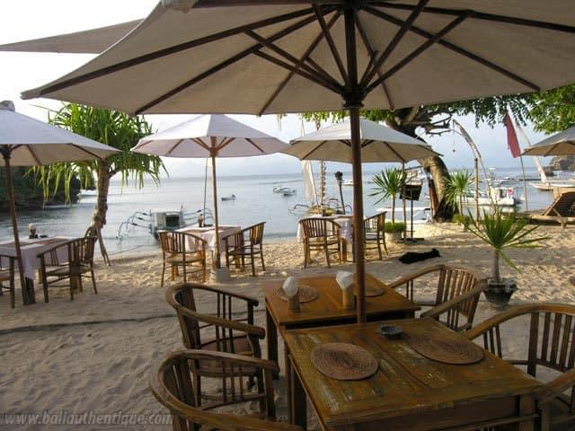 hotel nusa lembongan restaurant pieds dans l'eau