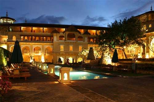 hotel Sumatra Bukittinggi piscine nuit