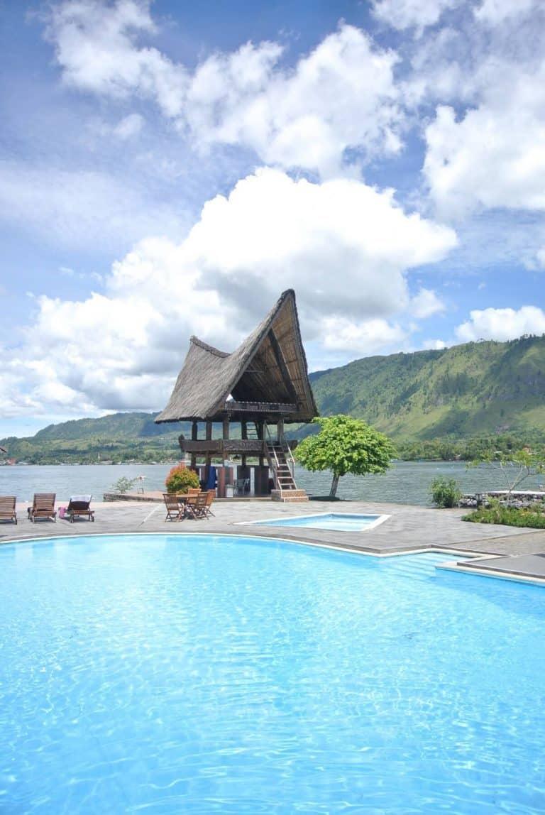 hotel Sumatra Toba piscine vue lac