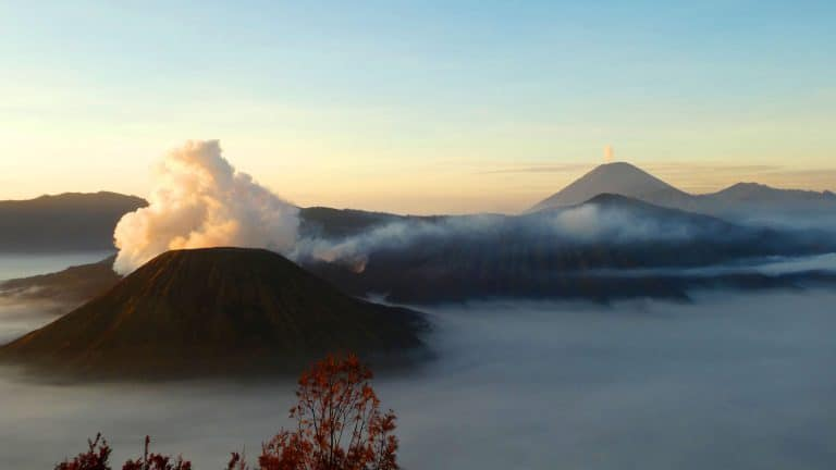 Java bromo mountagne sunrise pano