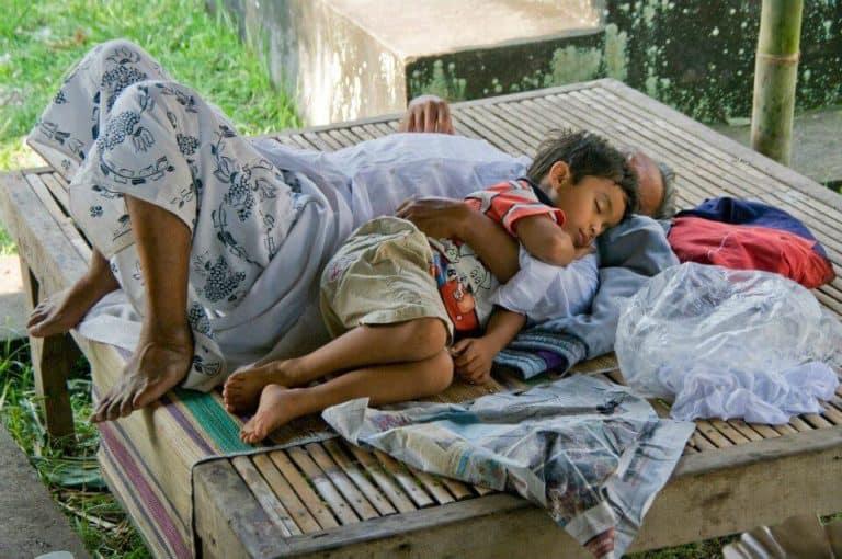 enfant dort papa Indonésie