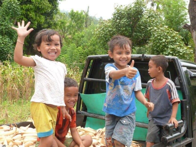 enfants Indonésie jouent camion