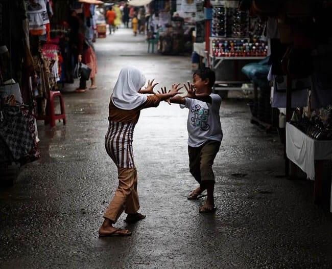 enfants Indonésie jouent rue