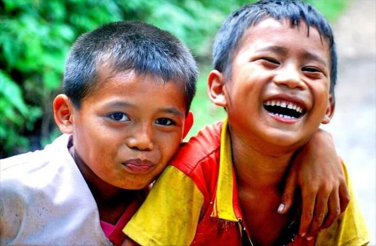 enfants Indonésie rigolent