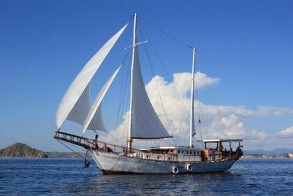 Croisière komodo bateau Flores Indonésie Antares navigue à voile