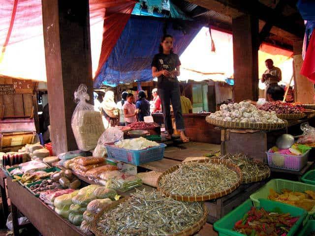 marché flores nourriture ile indonesienne